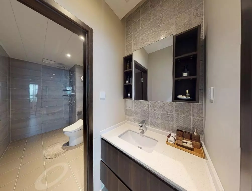 卫生间主要以灰白淡雅的颜色为主,整体呈现清洁感。洗手台外置,干湿分离的设计更有利于暗卫的除湿和通风。