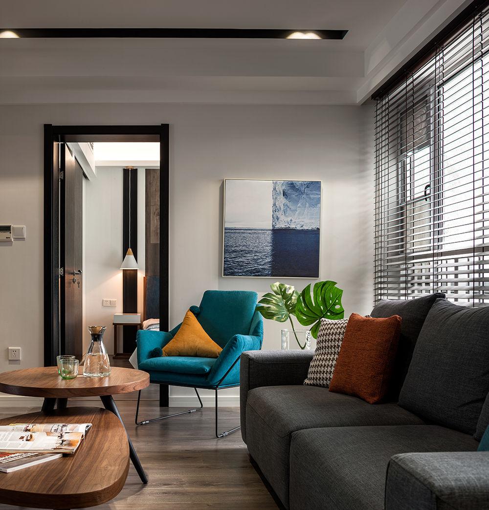 进入客厅,两个相互交错放置的木质茶几使得空间更加的有亲和力。