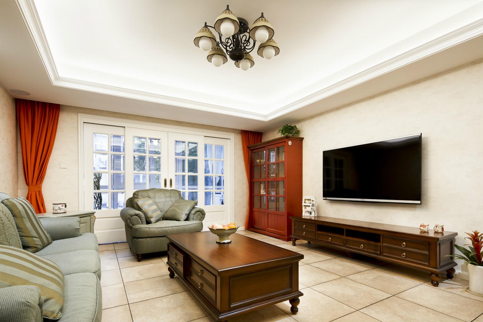 客厅整个空间的原木气息更加浓郁,电视背景墙一直延伸到了玄关和餐厅,让大量空间做成一体化,扩大空间感。