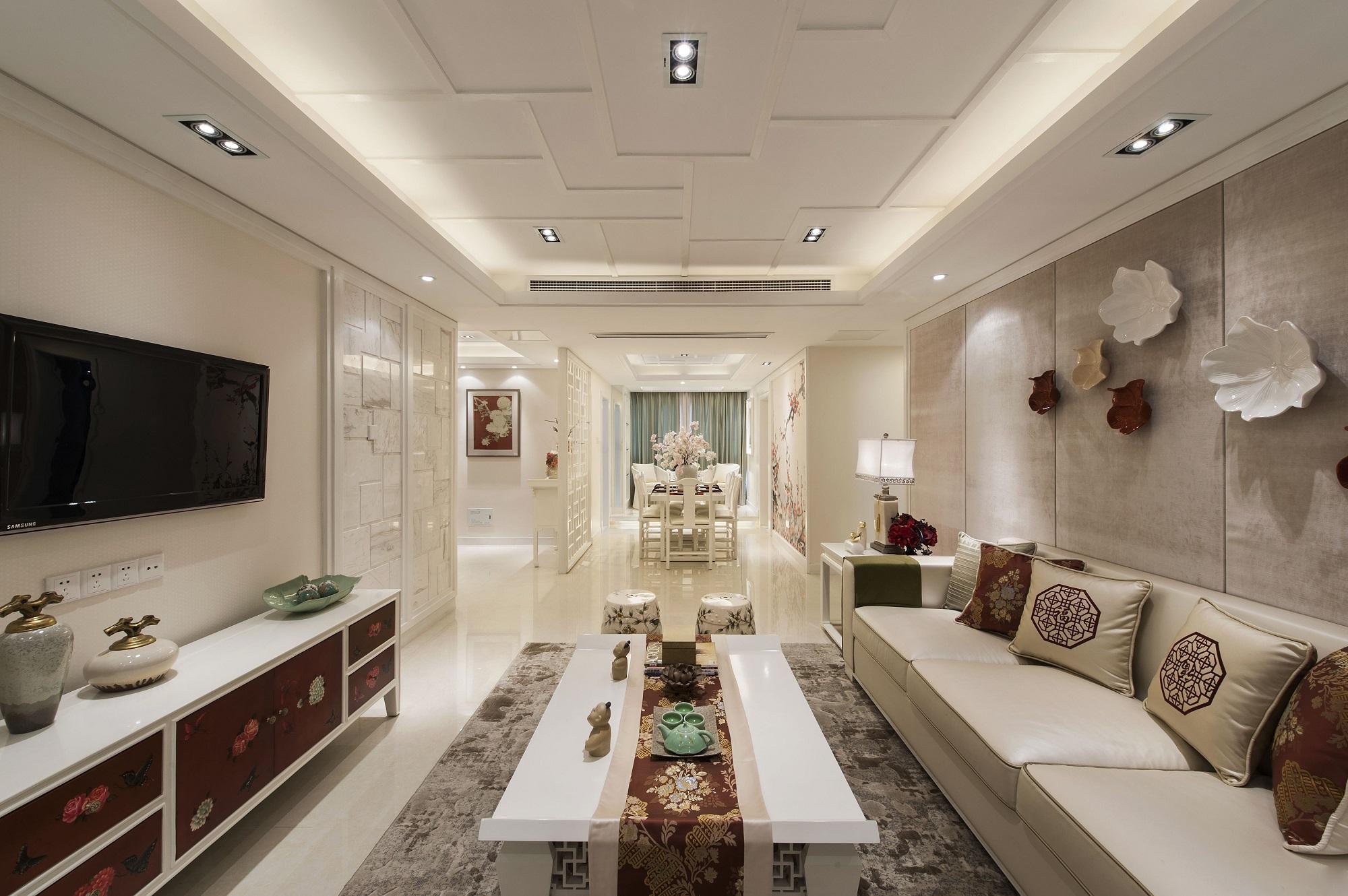 无论是带有中式元素的电视柜或抱枕,无一不体现新中式的素雅与古色古香,从客厅望向餐厅,整个空间整洁舒适