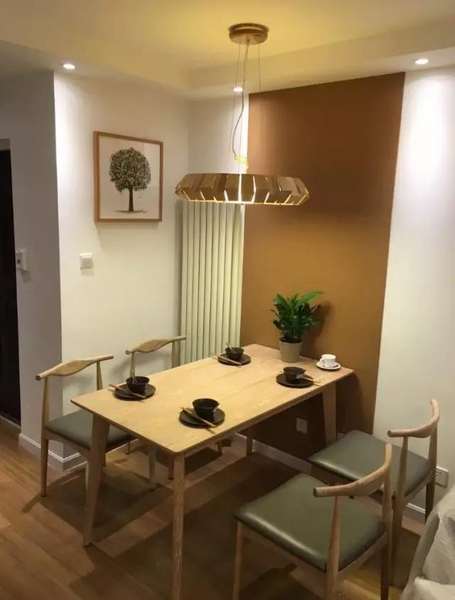客厅的桌椅和灯具都是按照回归原生态样板间采购的,配了一幅小树