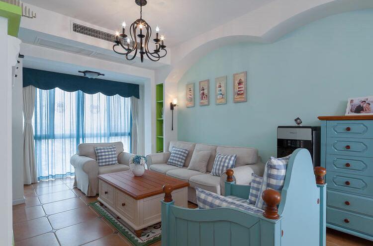 浅蓝色沙发背景墙,以及布艺浅色系的沙发,和木质茶几,整个很是简约大气