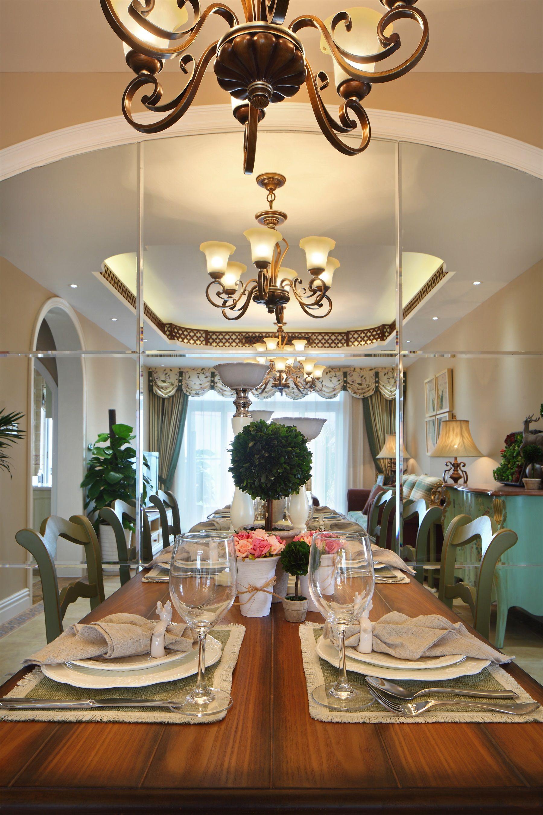 原木餐桌与头顶的金属灯管相互对应,一种金碧辉煌的富贵油然而生。