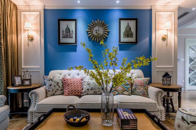 蓝色的沙发背景墙面,有着地中海的清新与自然,显眼又时尚年轻。