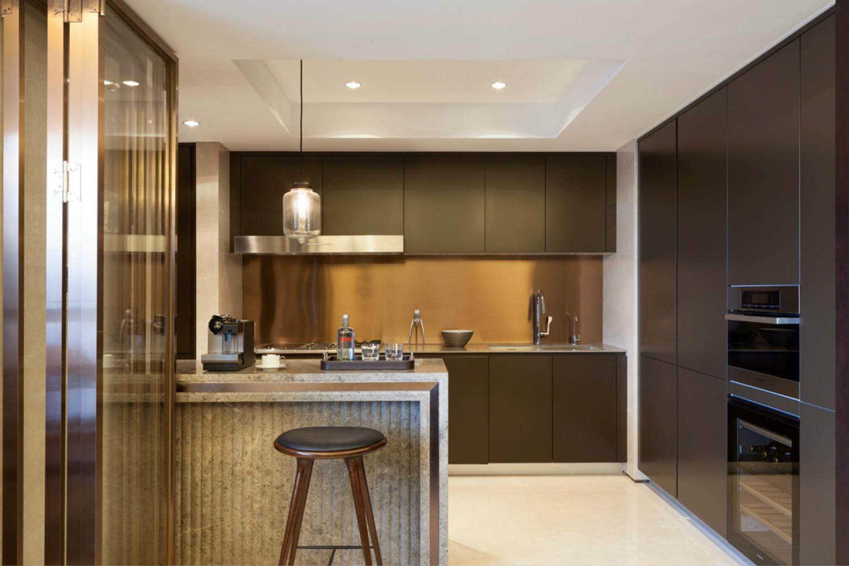 开放式厨房,满足各种常用电器的同时也保留了空间的通透。