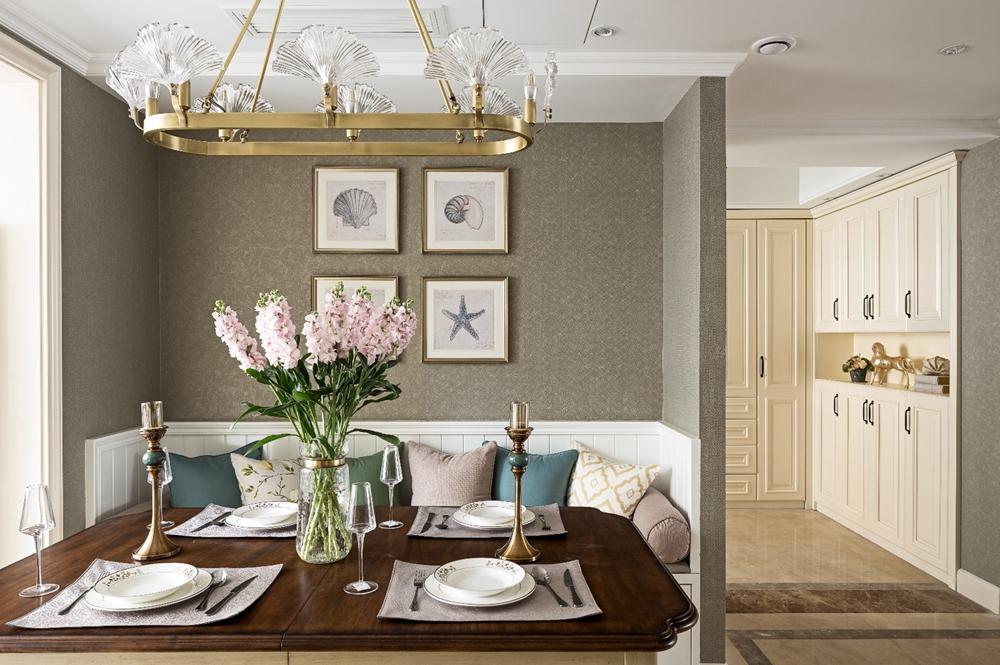 餐厅采用厨餐一体化设计,餐边柜陈列线条简洁,使空间精致有序。
