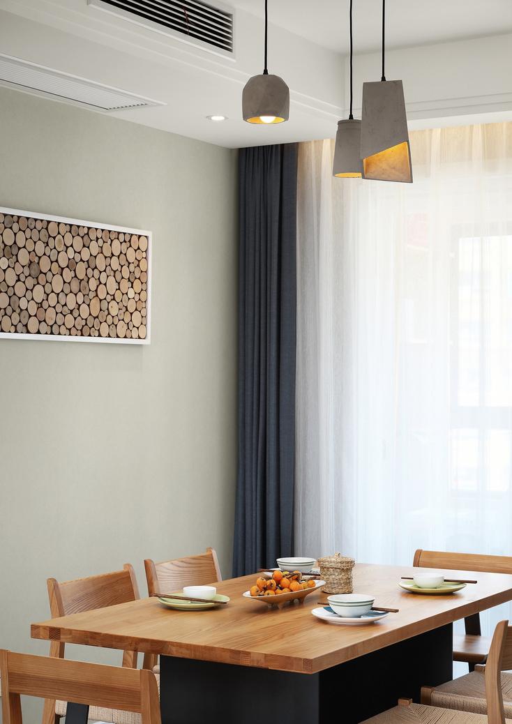 墙上的原木拼画跟客厅电视背景墙相呼应。