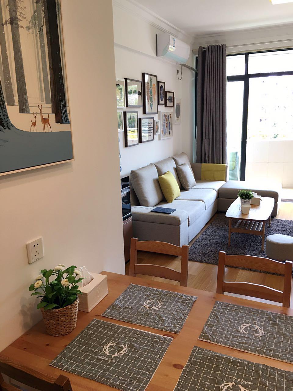 白色的墙面与深灰色的地毯奠定了空间的基础色调,冷灰色的沙发在空间中最为突出。