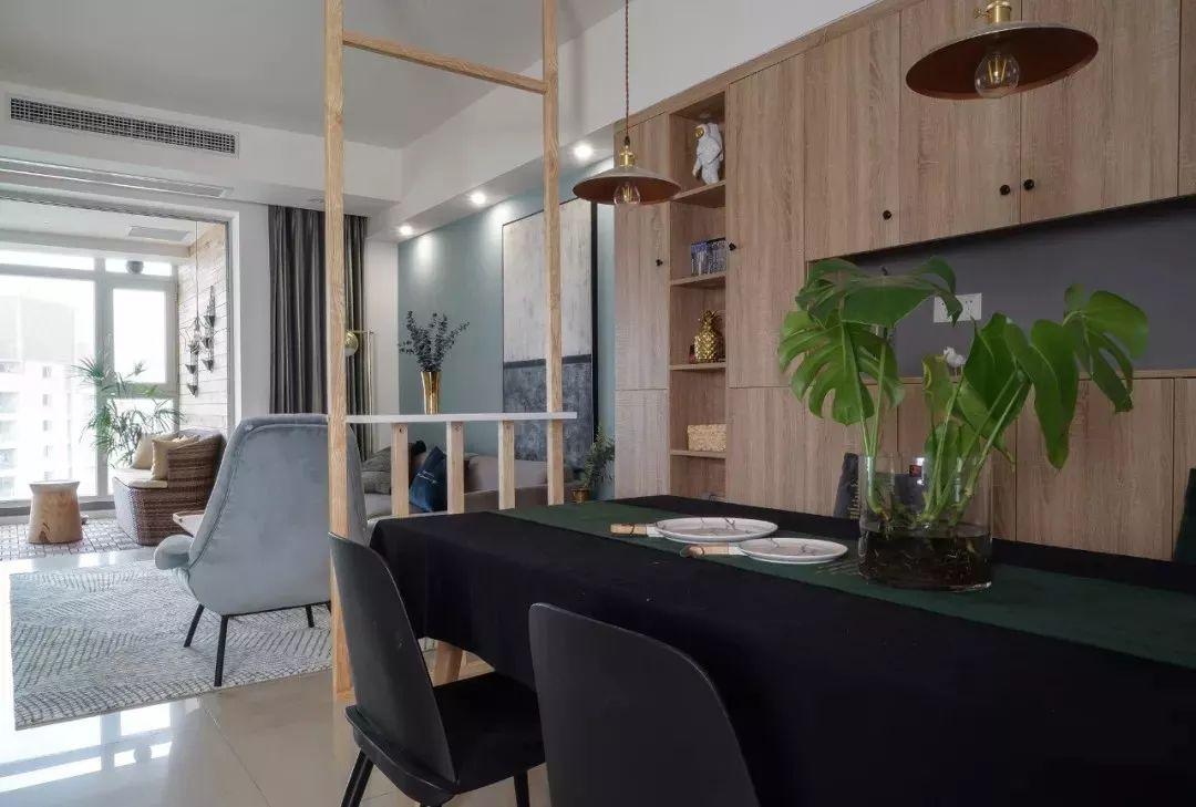 餐桌上铺有黑色桌布,与餐椅颜色一致,墨绿色桌巾为点缀色。