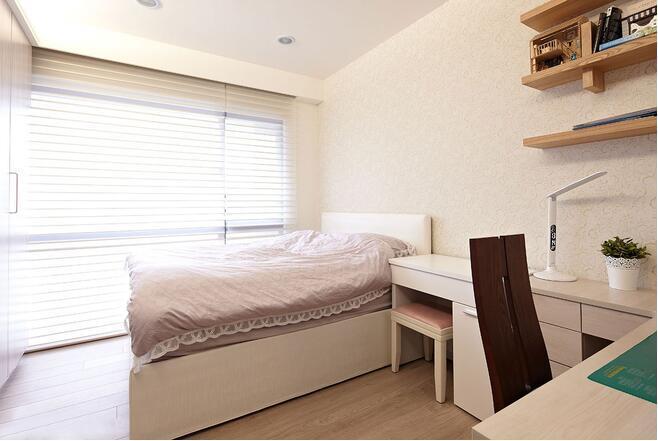 女儿的房间不像传统的一样粉嫩,浅粉色软装,并搭配调光卷帘透过不同的光影层次与色温,变化情境氛围。