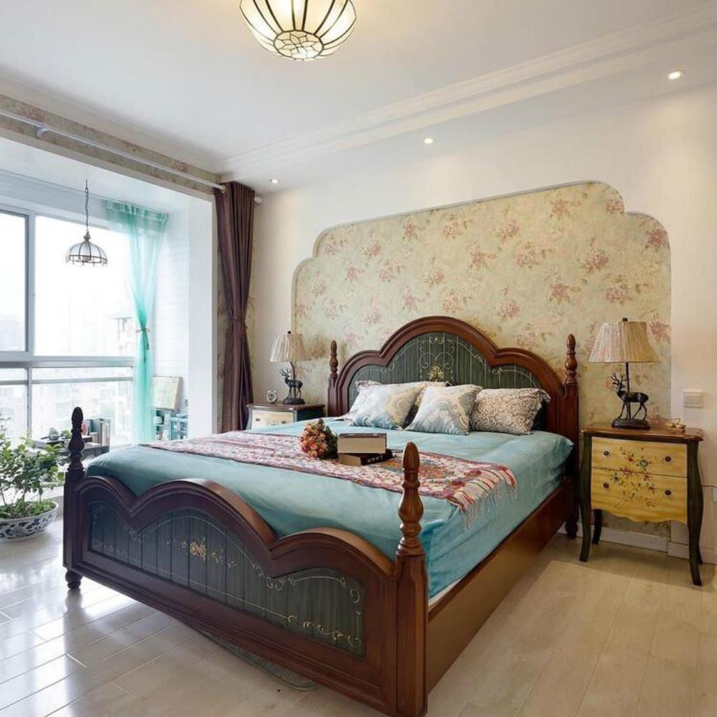 卧室中放置着软包大床,整个简洁自然,吊灯很是华丽别致
