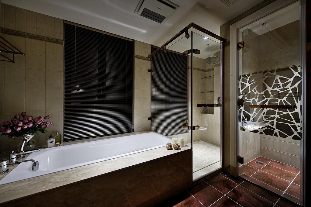 台盆柜,结实耐用,造型美观,与卫生间的整体色彩一致。