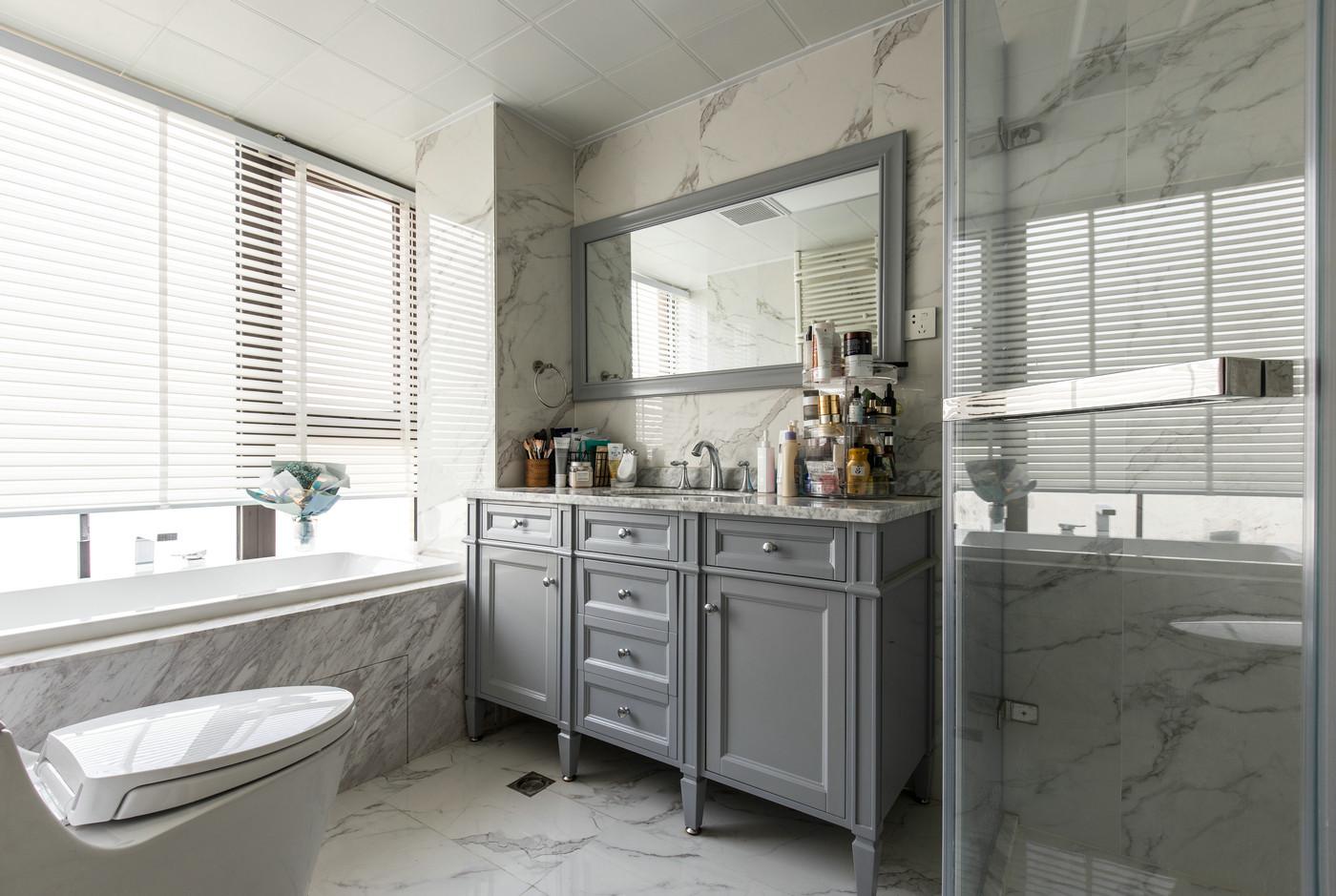 干湿分离完整,空间兼具浴缸和淋浴,洗手柜色感温润,营造出清新典雅的卫浴空间。