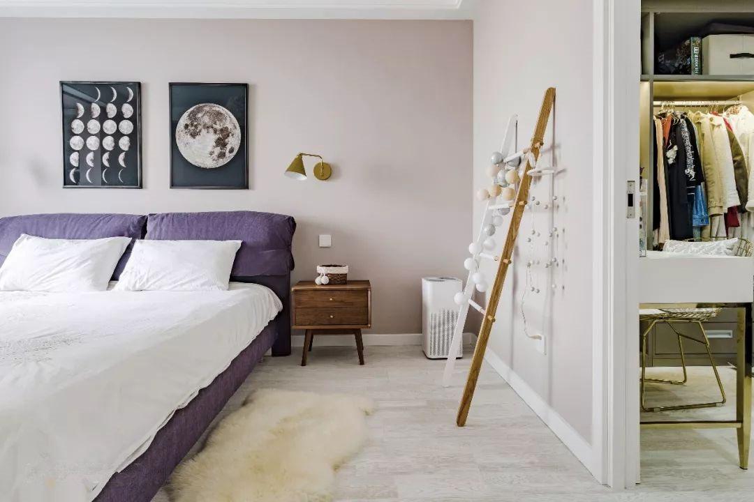 主卧内配有单独的步入式衣帽间,卧房部分则腾出空间为将来增添第二位宝宝的婴儿床做准备。