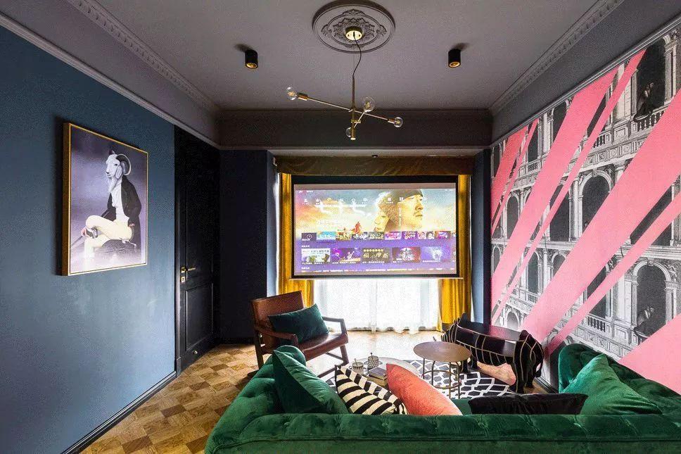 客厅处的空间不大,所以舍弃了电视柜和电视,把投影放在靠窗的地方,这样才有足够的观影距离。