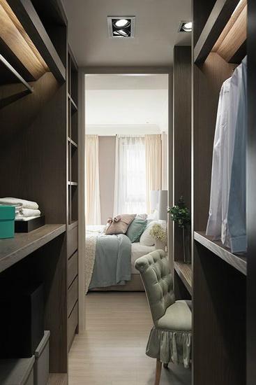 以棕色系木皮作为空间区隔,与淡色的主卧房相衬,让氛围更加沉稳。