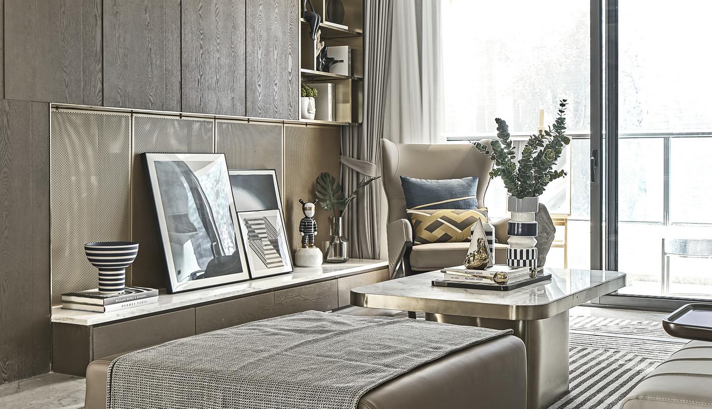客厅以原木色为主基调,空间设计干净整洁又错落有致,舒适氛围感强烈。