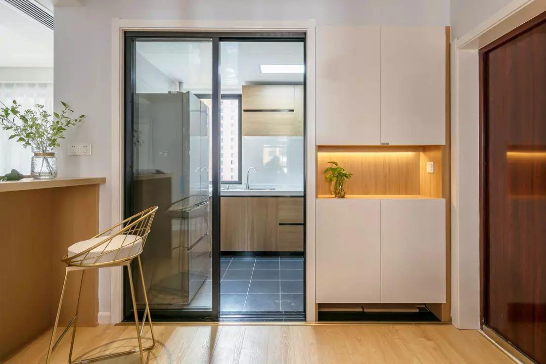 入户利用厨房的空间做了一组入墙式分体鞋柜,方便进门后置放钥匙等物件,局部留空加入灯带,增添入户光线。