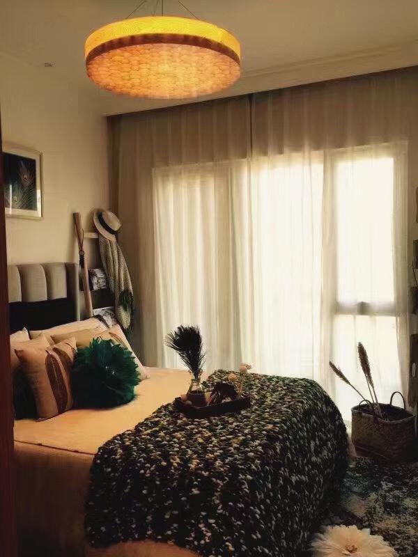 进入主卧像是进入树丛茂密的大森林,提花的毯子搭配米白色床品,和谐温暖。