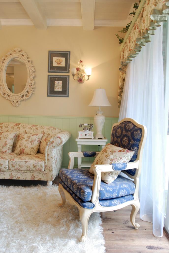带有花边的小镜子,以及花边状窗帘、布艺的碎花沙发、椅子,整体相互融合,创造了岁月静好的感觉。
