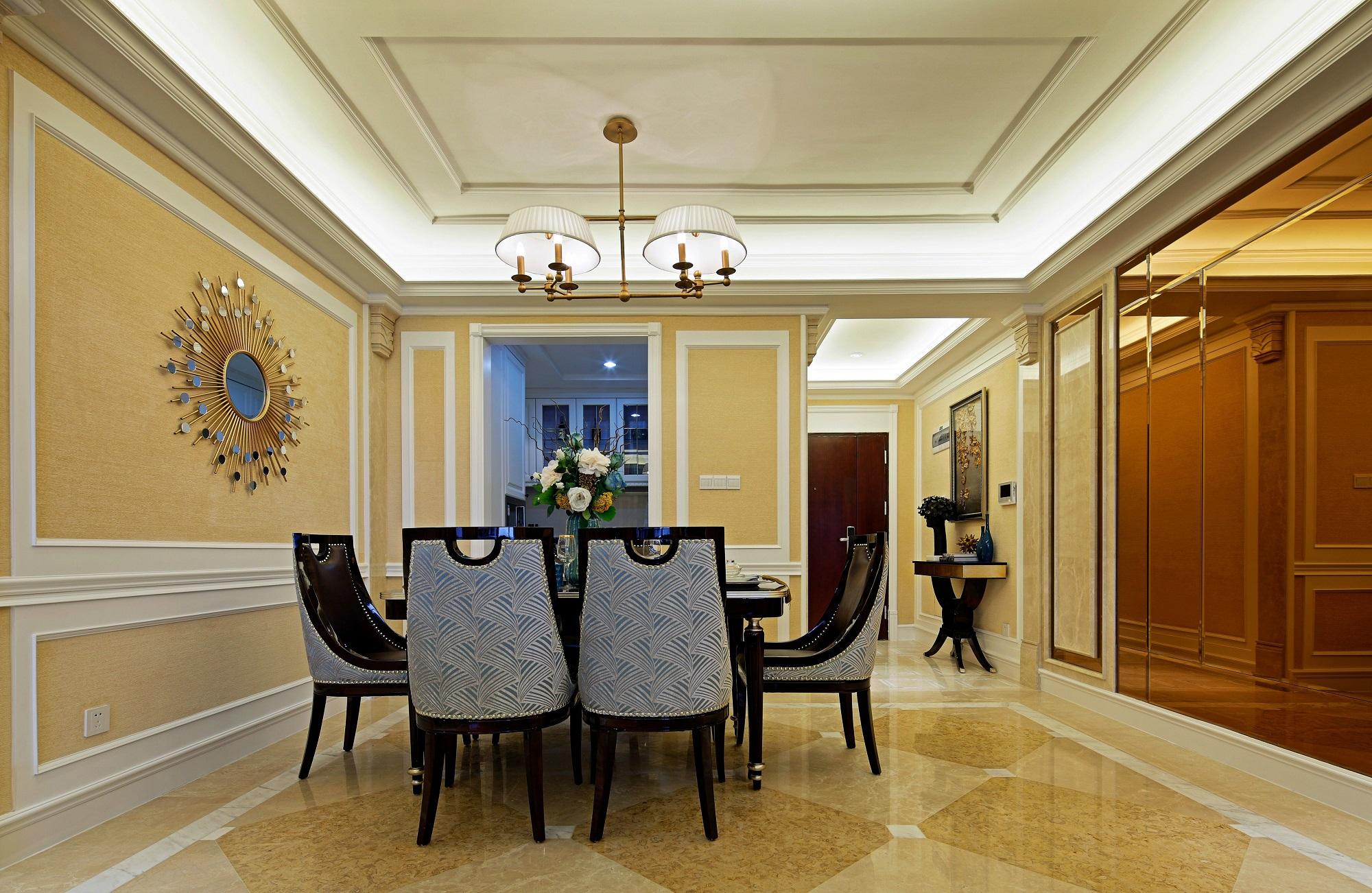 餐厅古典浪漫与时尚现代相结合,颇有设计的吊灯光线柔和,营造极为舒适的就餐环境。