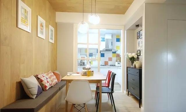软木地板铺上墙,舒适的触感和颜色让人放松心情。
