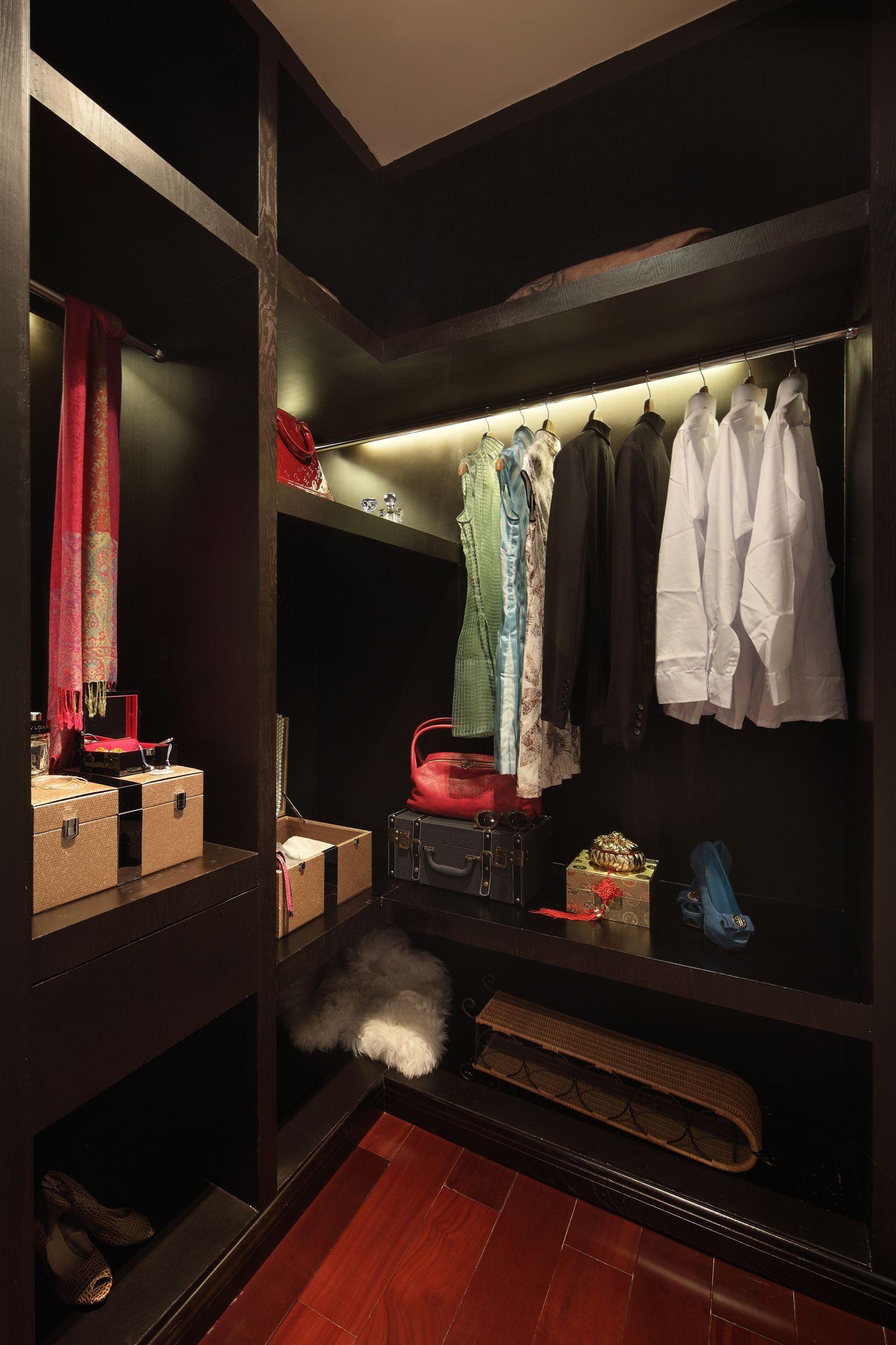 儿童房衣帽间专门放置孩子的衣物,当然,大人的衣服包包也可以收纳进来。