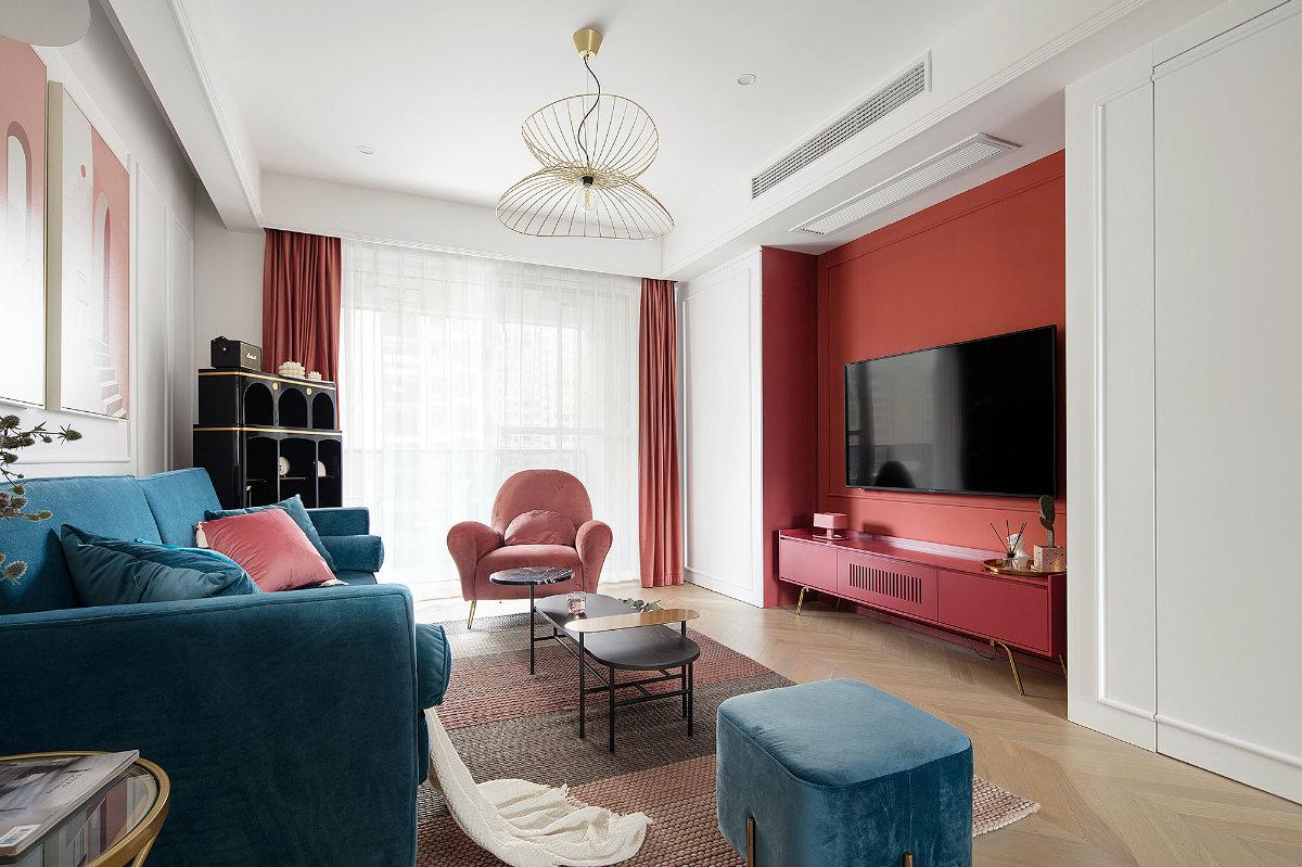 客厅整体色彩靓丽,但添加了白色的石膏线,挂上几幅充满艺术气息的挂画装饰,显得精致又文艺。