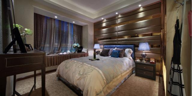 卧室地面全都铺设成地毯,整个空间温暖舒适,蓝色灯光的点缀,增加了一丝优雅之意境。