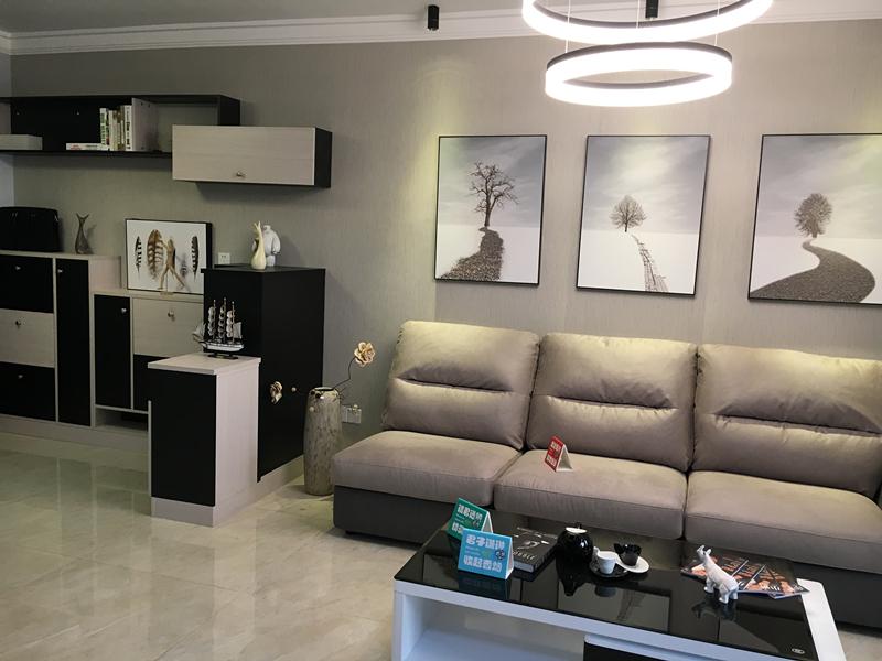 充满质感的布艺沙发、黑白高冷范儿的置物柜以及室内的装饰品都十分和谐,低调又富有神秘感。