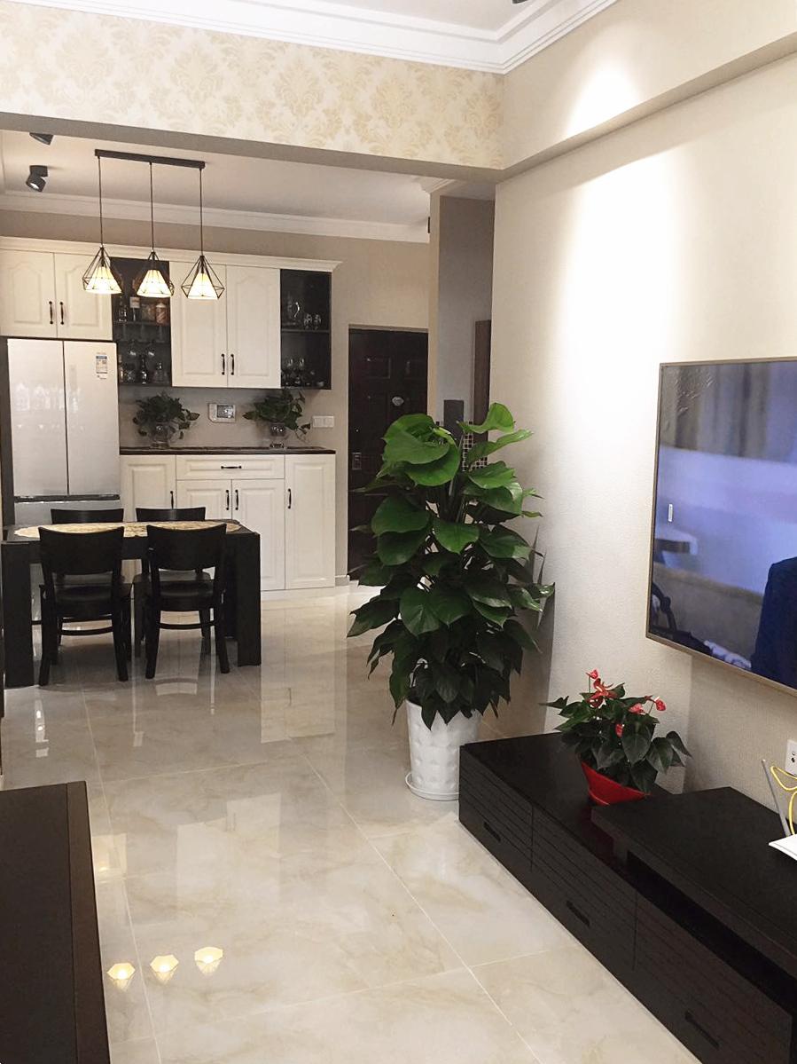 客厅地面铺贴大理石,使得地面和整体风格一致,同时提升了屋内整体亮度。