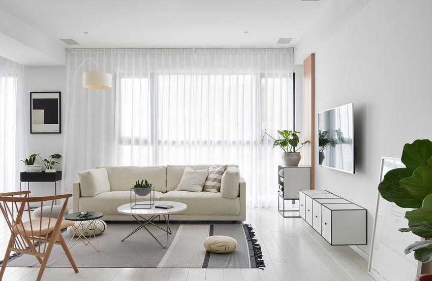 走进客厅,米色布艺沙发占据着整个视线,白色窗纱轻盈飘逸。