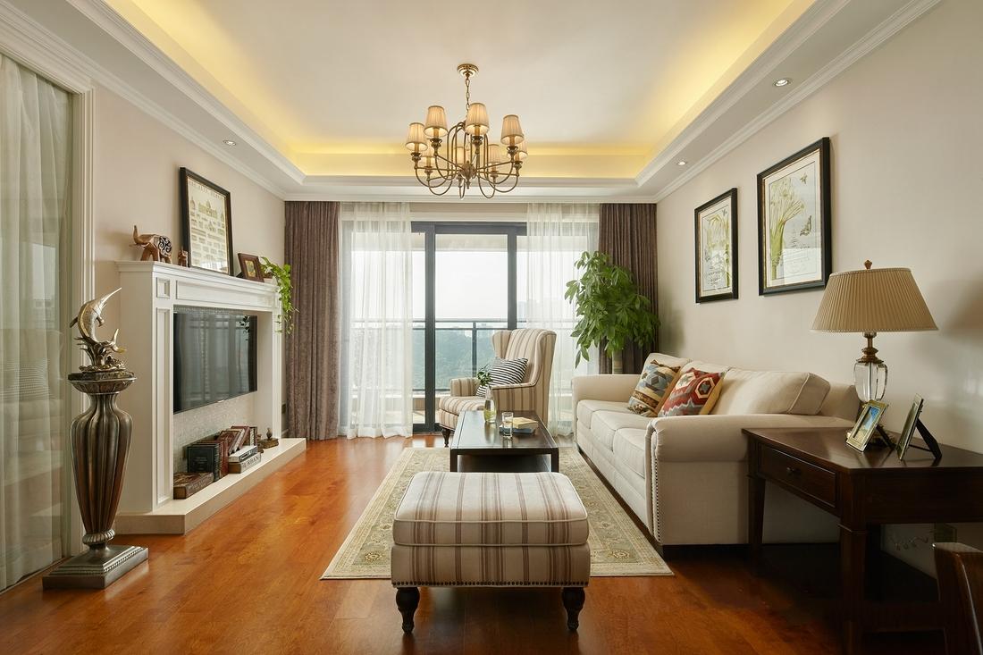 白色马赛克背景的壁炉电视墙,搭配奶咖色的墙面,佐以小巧精致的摆件,营造休闲美式的氛围。