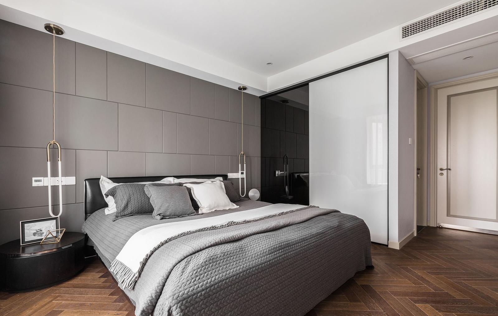 主卧灰白为主,简单大气的颜色很适合作为休息的场所。