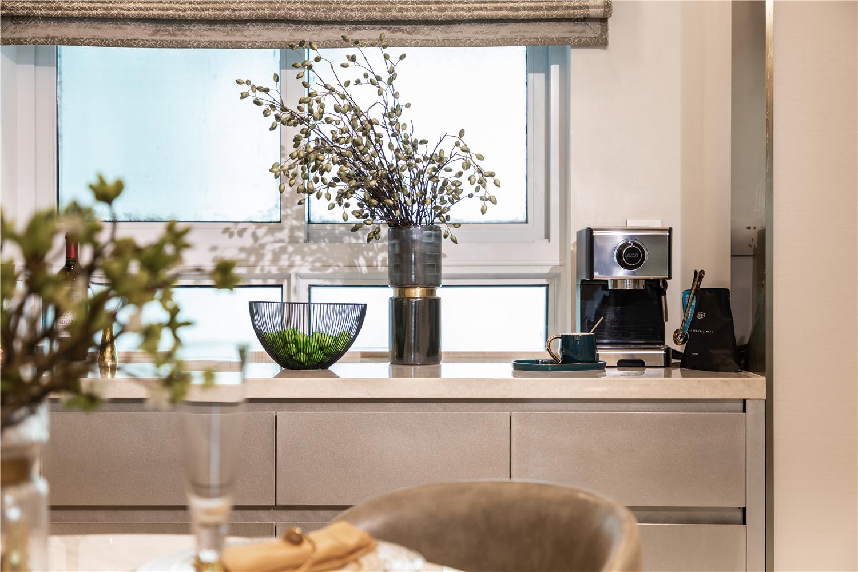利用墙体凹进位置,特定制了餐边柜,不论是收纳还是摆设都是不错的地方。