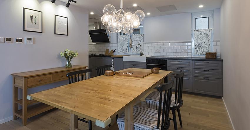 黑色的餐椅与原木色的餐桌、餐边柜相搭配,现代与自然的元素相结合。