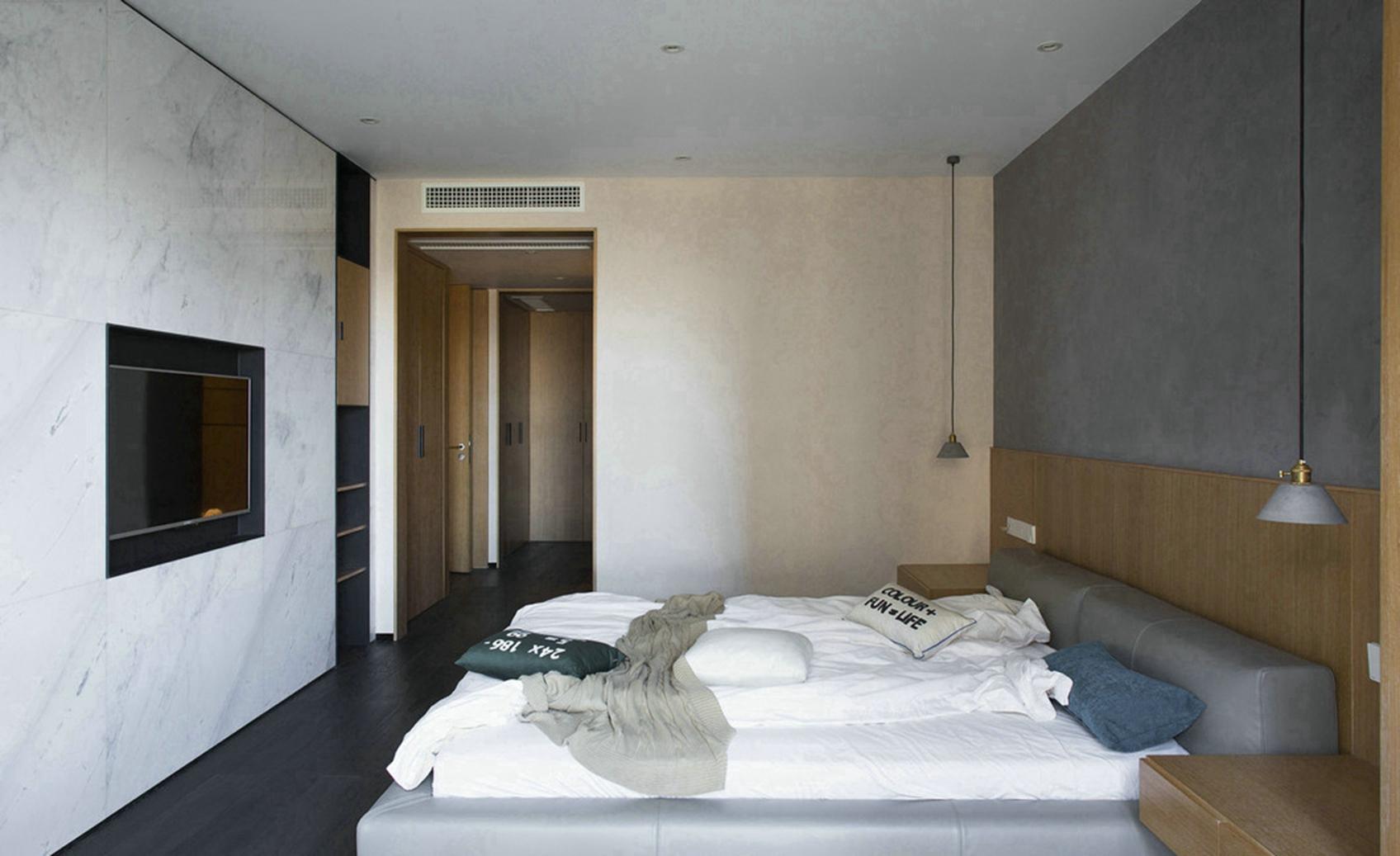 卧室整体的颜色搭配很是简单大气,吊灯、地面材料、都烘托出了屋内的时尚