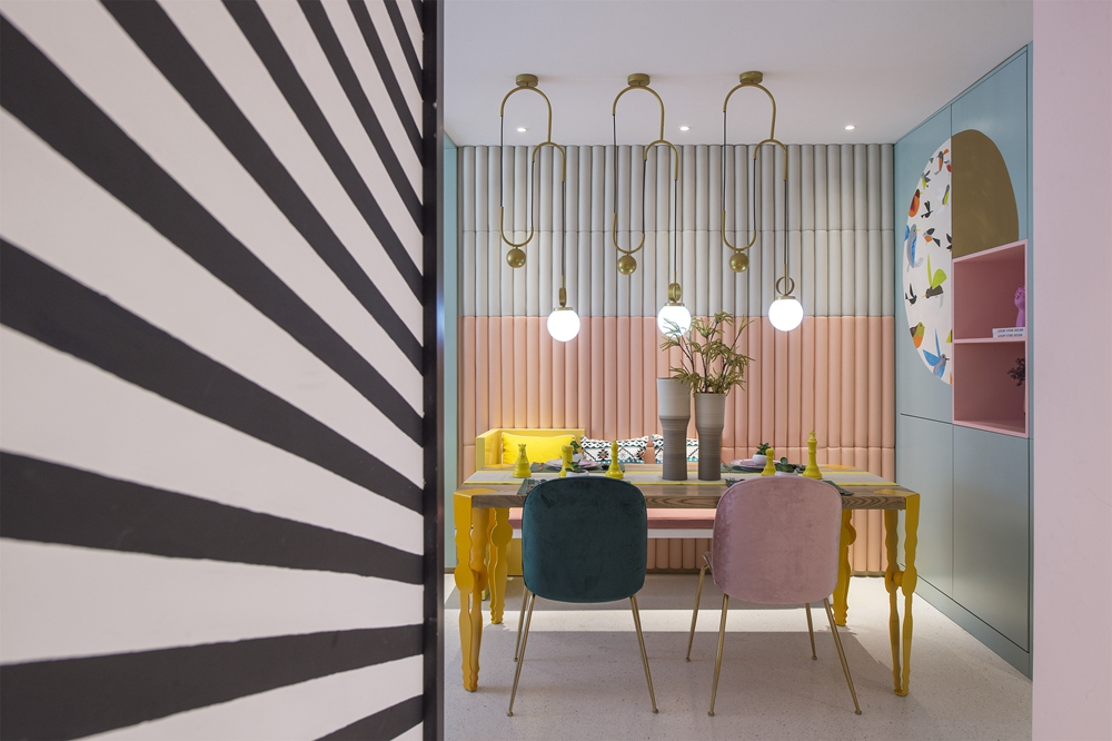餐厅背景墙凸显层次感,餐边柜镂空设计,时尚性强烈,综合了空间整体协调性。