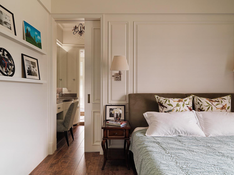 卧室的侧墙放置着别致的摆画,,梳妆台也在卧室内