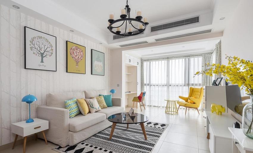 客厅地面延续暖色调,浅粉色墙面漆,树林意境壁纸铺贴出沙发背景,搭配不同色调软装,制造活泼的视觉感。