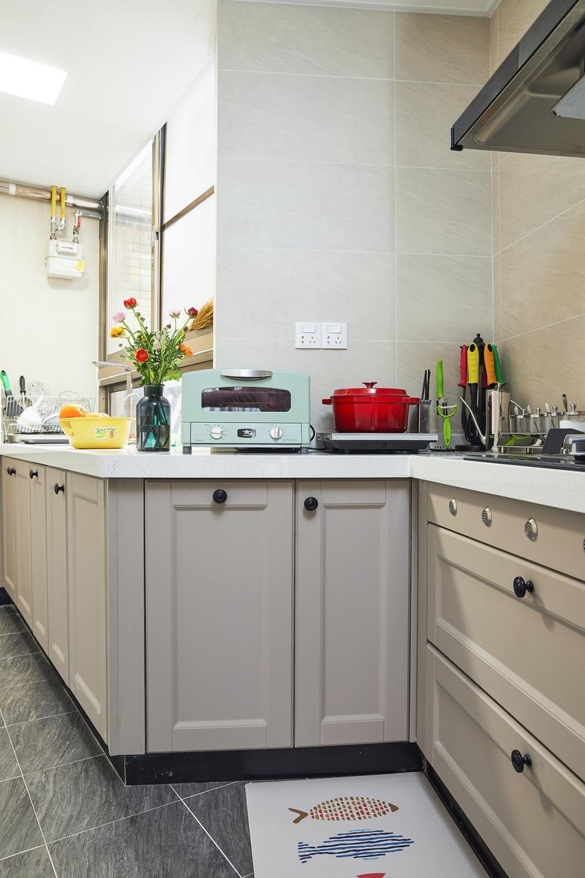 依阳角之势做成了厨房壁柜,讨巧又大方美观,实用还很简约。