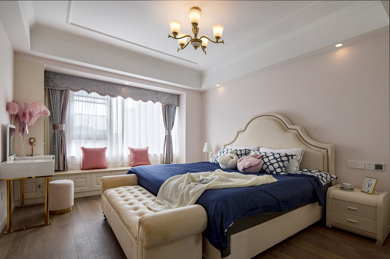 主卧按照女业主的喜好设计成米粉的背景,家具是现代美式的标配,大理石飘窗台设计成了休憩区,整体空间可爱