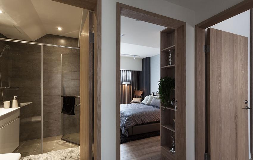 每个空间的入口处都使用木质门框,借此揭示进入另一个新的空间中,也带来温润的气息。