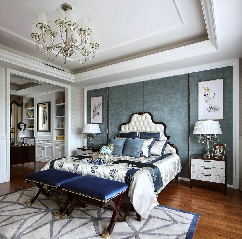 一款比较梦幻般的主卧装修。完美的色彩,个性十足的双人床加上屋子里的每一件个性饰品。极致的完美。