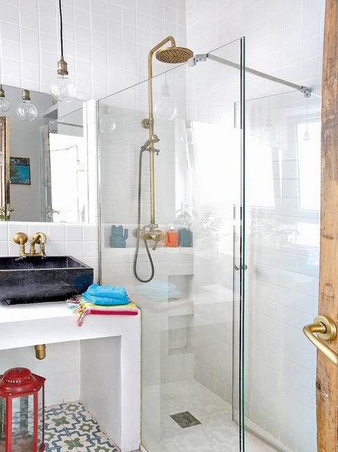 小巧洁净的洗浴室,复古的黄铜配件成了最大的亮点。