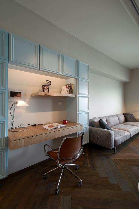 沙发一侧设计打造了写字桌,局部是用护墙板做嵌入设计,很好的美化了空间。
