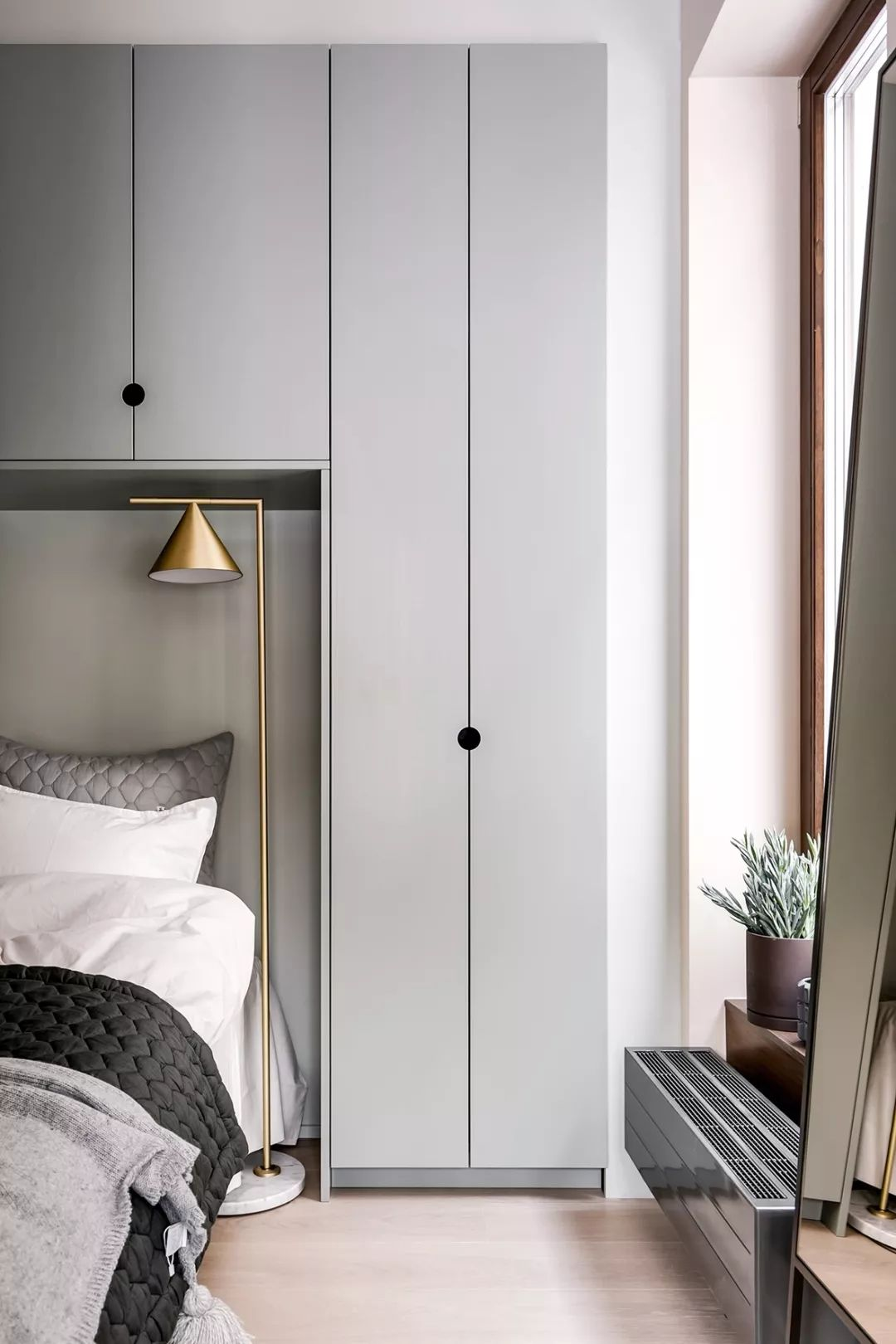 黄铜灯与衣柜颜色形成对比的同时,又提成了整个空间的质感。