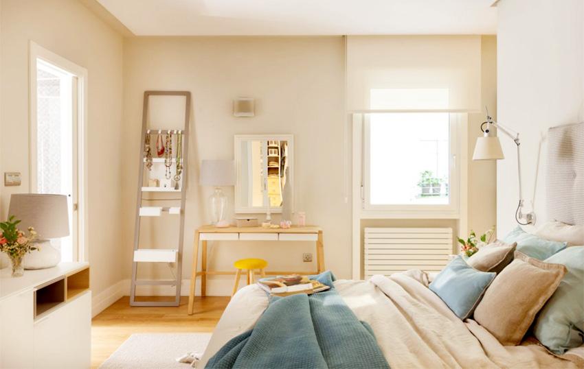 卧室里也和客厅的色调保持一致,值得注意是,在这原木色与麻黄色色调下,蓝色始终不去过份的着色。
