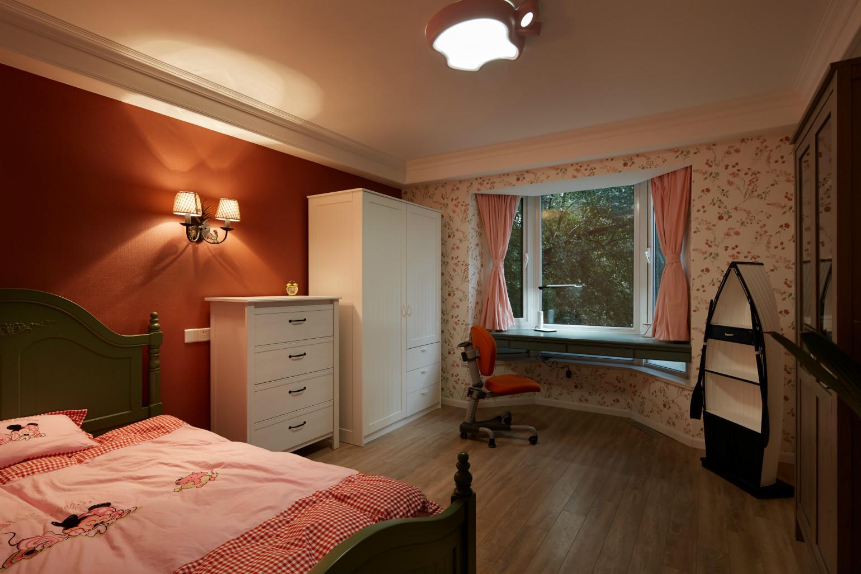 整体采用实木原色,突显出返璞归真回自然的的意味,再配上素雅洁净的床单、营造一个温馨舒适空间