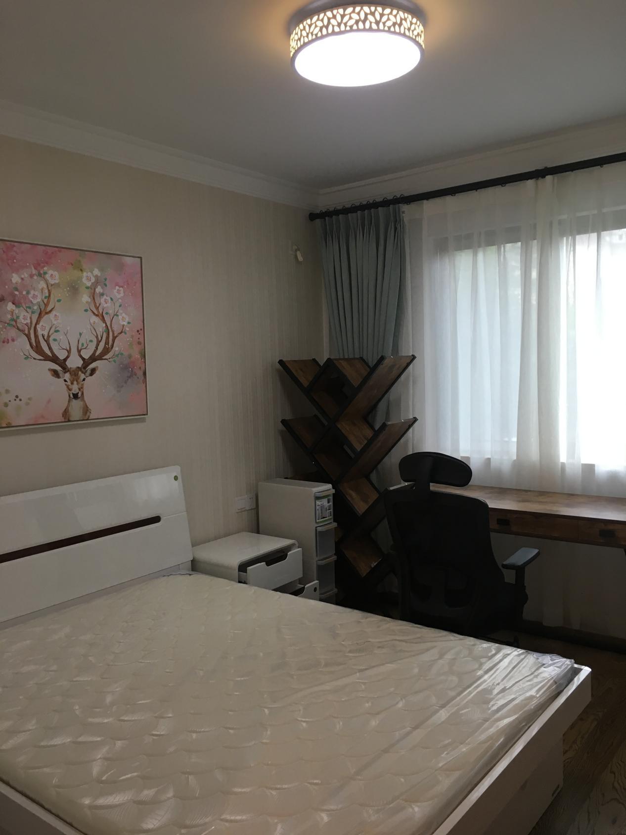 业主还布置了一个实木书桌和创意书架,充分利用空间,可以当做看书休闲的书房来用。